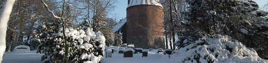 Verschneite Landschaft vor der Kirche in Kosel