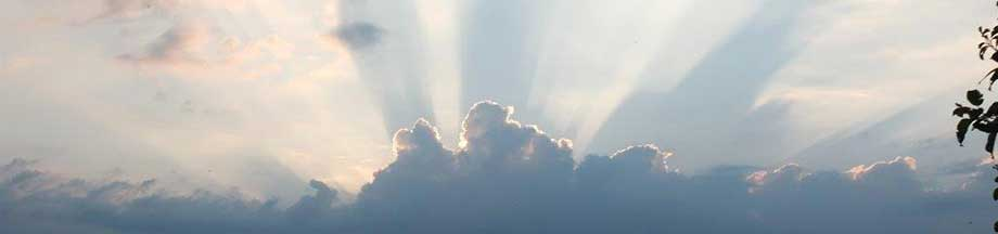 Wolkenbild mit Sonnenstrahlen, die die Wolken durchstoßen