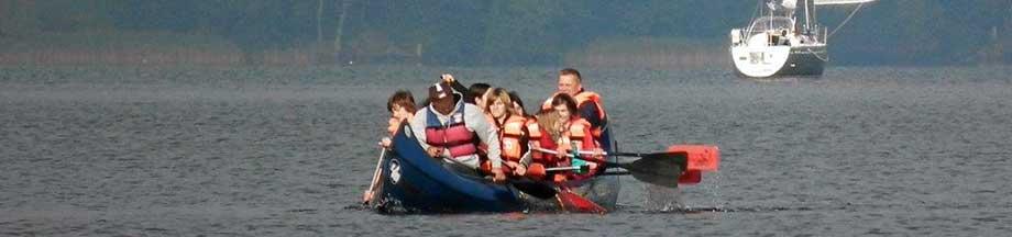 Kanu mit 10 Personen auf der sommerlichen Schlei
