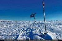 Koseler Paar durchquert nordische Schneewüste