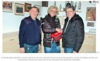 Leben retten in Kosel: Versicherung stiftet einen Defibrillator